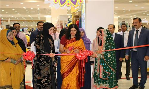Mrs. Sushma Pandey, Wife of Ambassador of India to the Sultanate of Oman launched Lulu Ethnic Wear Collectionquot on 20th April 2017.